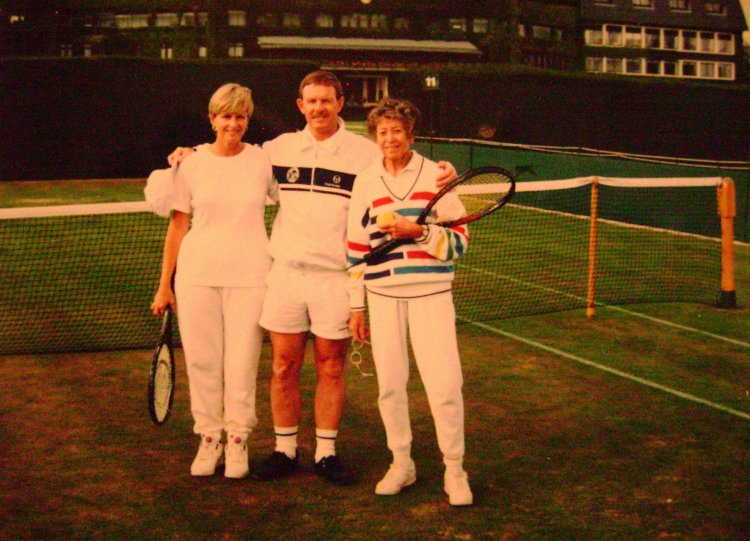 A memorable day for Lorna and Des hitting with legendary coach Sheila Evans at Wimbledon